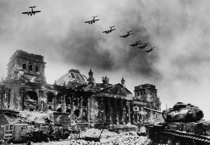 Aviones sobre el edificio del Parlamento Alemán, el Reichstag. Foto: Jewgeni Chaldej