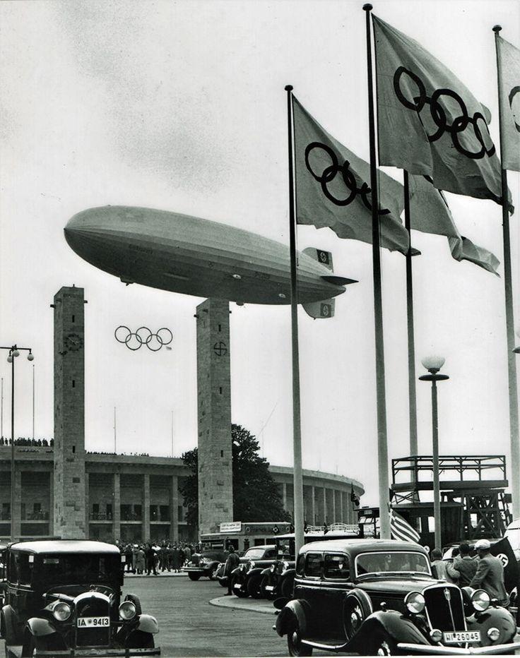 El dirigible Hindenburg, en el estadio Olímpico de Berlín en 1936